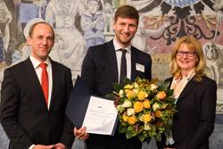 Thorsten Müller, Dr. James Bews und Prof. Dr. Monika Böhm bei der Dissertationspreis-Verleihung 2017