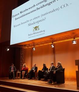 """Podiumsdiskussion zum Thema """"Fairen Wettbewerb ermöglichen, richtige Investitionsentscheidungen treffen – Warum braucht es einen (nationalen) CO2-Mindestpreis?"""""""